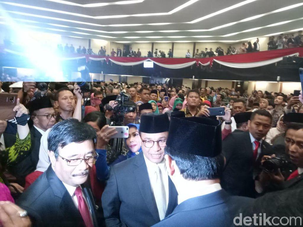 Usai Pelantikan Anggota DPRD DKI, Anies-Ahok-Djarot Saling Sapa