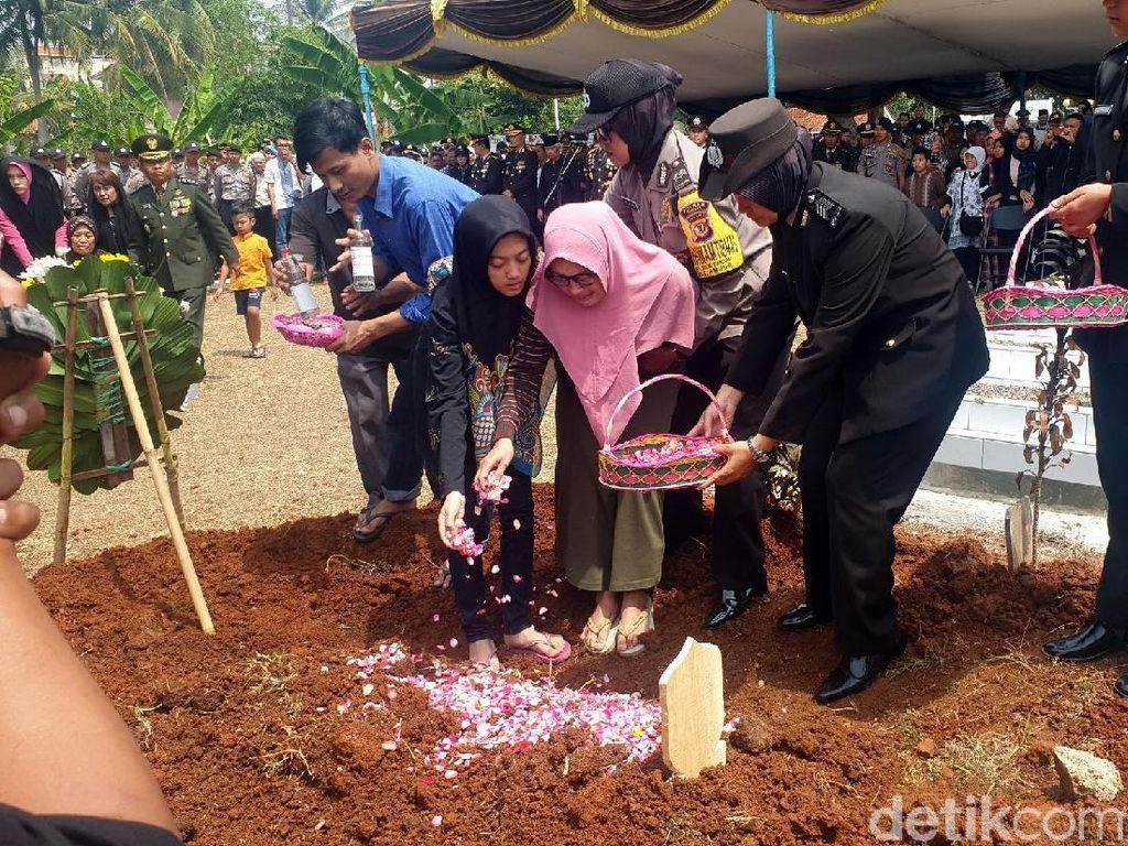 Video Pemakaman Ipda Erwin, Polisi yang Terbakar saat Amankan Demo