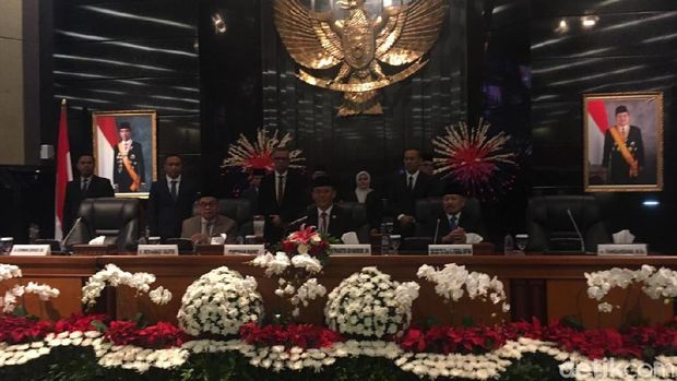 Ketua DPRD DKI Prasetio Edi memimpin Rapat Paripurna pelantikan 106 anggota DPRD DKI 2019-2024