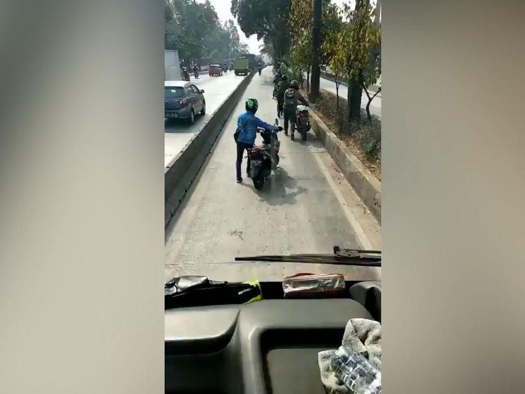 Masuk Busway, Pemotor +62 Dihukum Dorong Motor