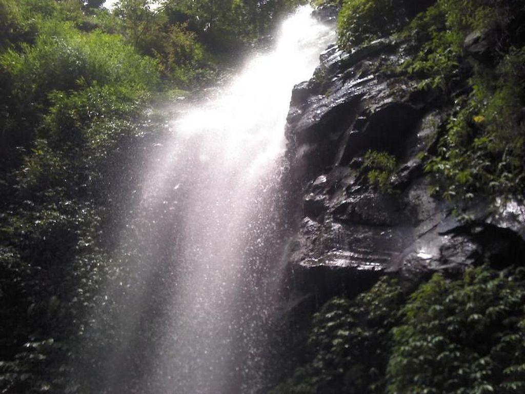 Segarnya Air Terjun Dlundung di Mojokerto