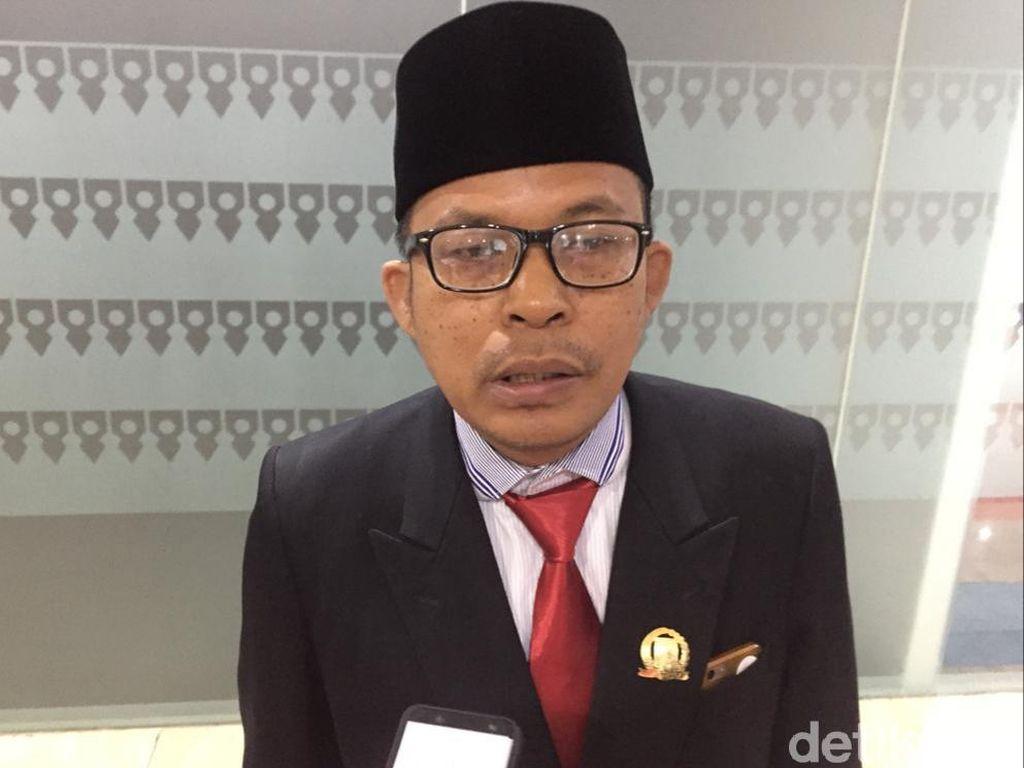 Pin Kuningan di Dada Anggota DPRD DKI PSI