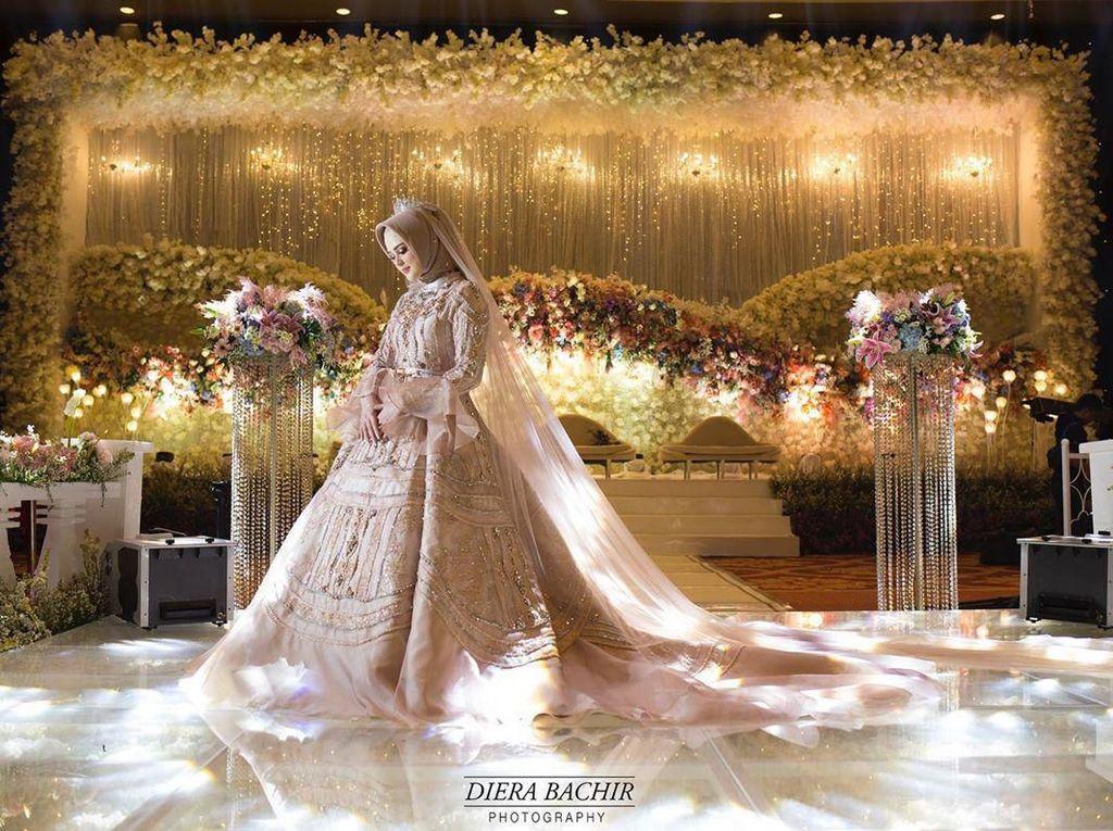 Foto: Mewahnya Gaun Pengantin Cut Meyriska yang Dihiasi 300 Kristal Swarovski