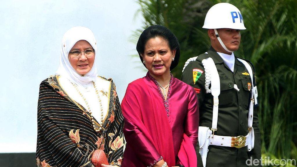 Potret Permaisuri Malaysia Berbalut Kebaya Batik di Istana