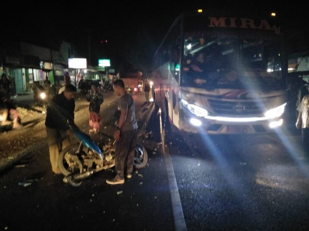 Bus Mira Ugal-ugalan Tewaskan Seorang Biker di Magetan