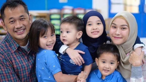 Keluarga Hanung Bramantyo dan Zaskia Mecca