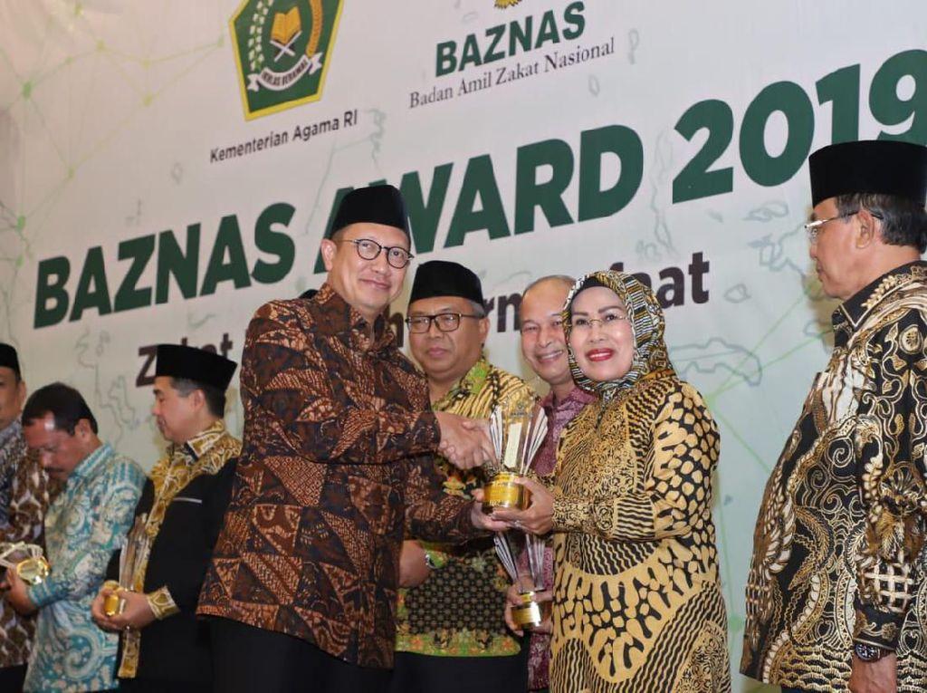 Dukung Regulasi Pendanaan Zakat, Bupati Serang Raih Baznas Award