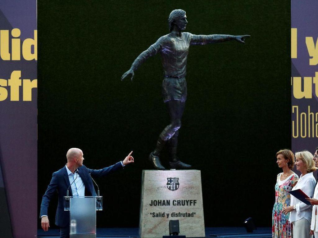 Barcelona Resmikan Patung Penghormatan untuk Johan Cruyff