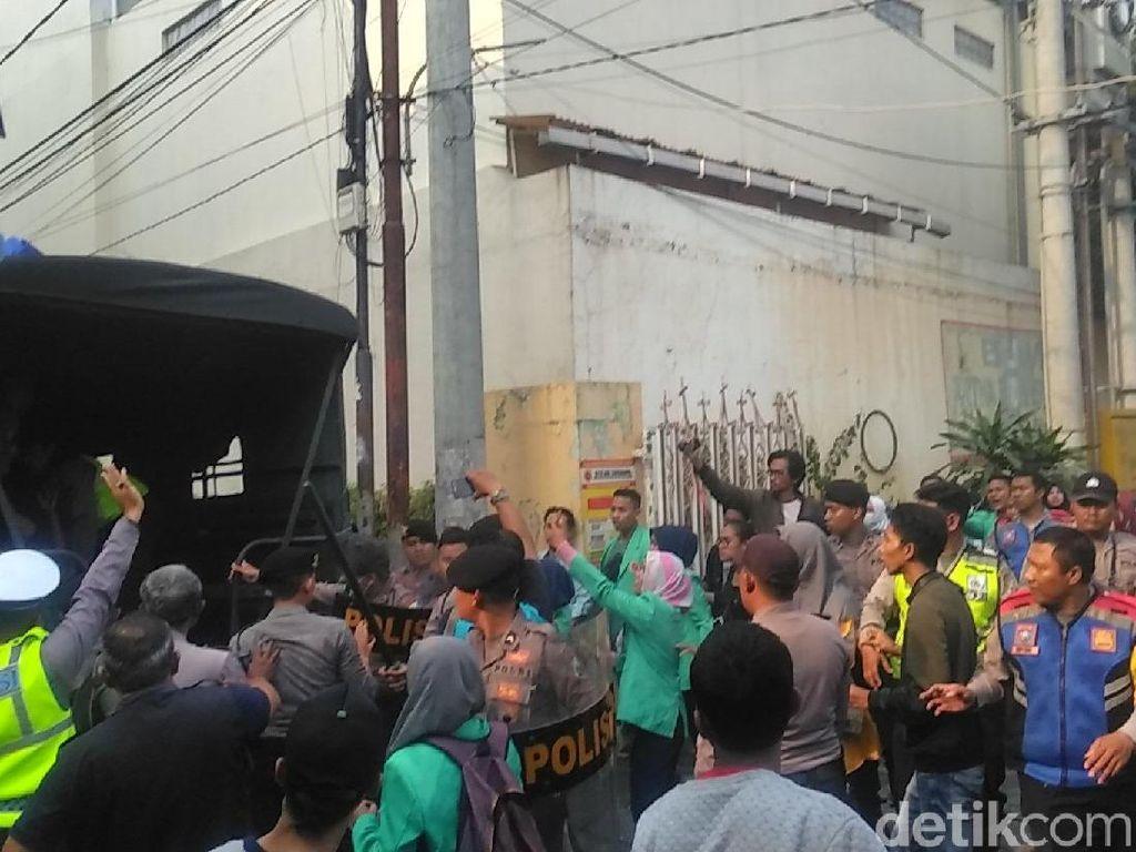 Demo Mahasiswa Stikes Abi Surabaya Ricuh, Satu Orang Diamankan