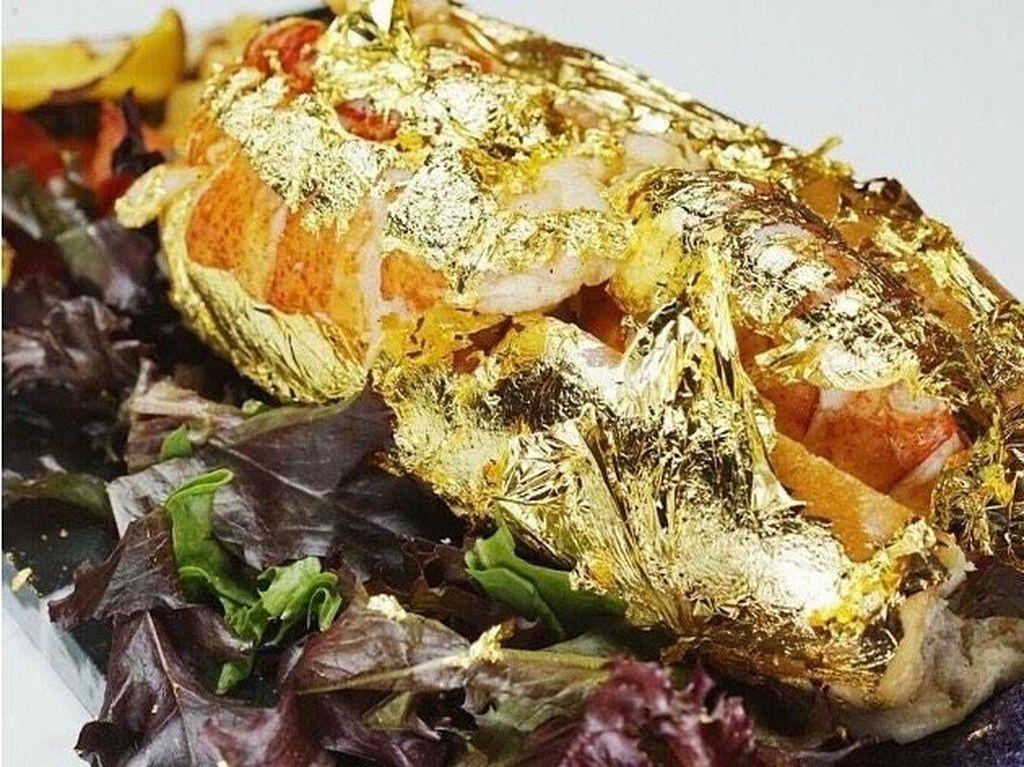Bukan Berlapis Saus, Lobster Mewah Ini Disajikan dengan Emas