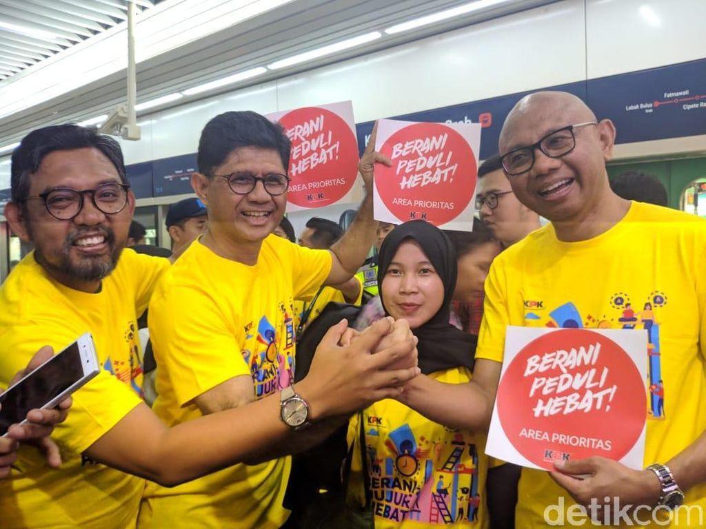 Kampanye Antikorupsi, KPK Pasang Stiker Berani Jujur Hebat di Gerbong MRT