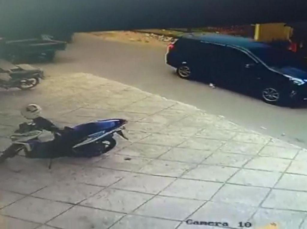 Video Penampakan 2 Mobil Angkut Mayat Ayah-Anak Tiri Sebelum Dibakar