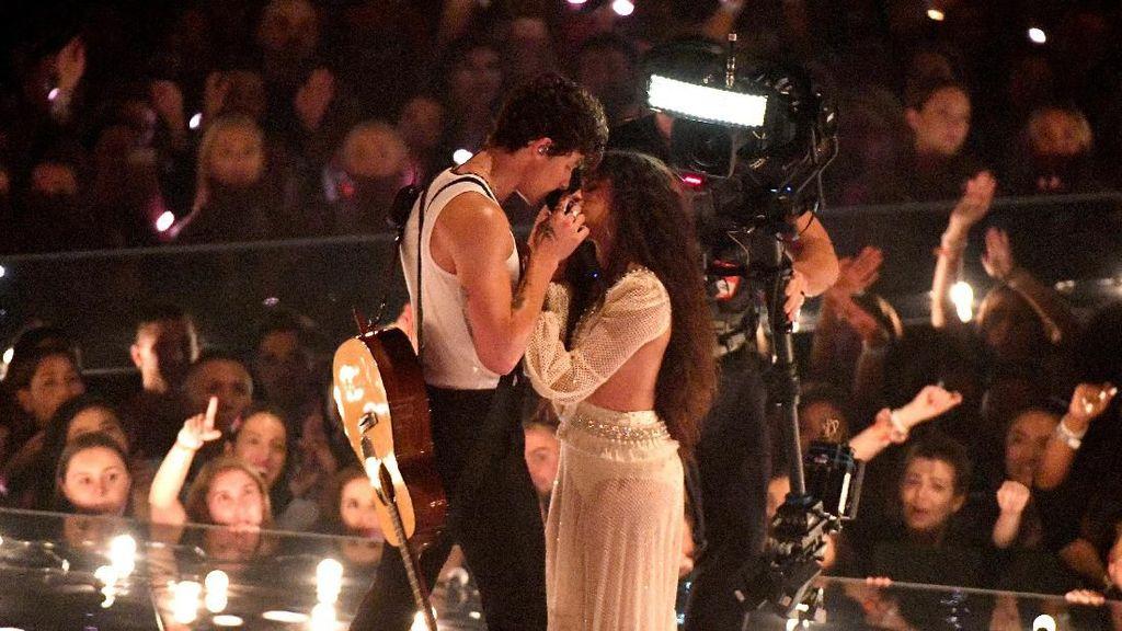 Shawn Mendes Cium Camila Cabello di Atas Panggung