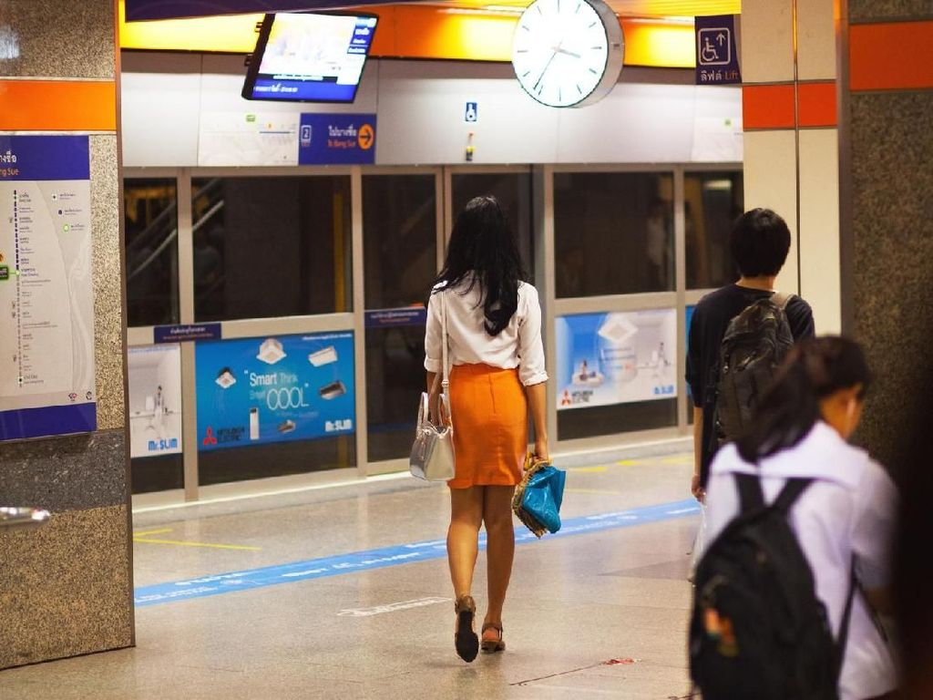 Influencer Jadi Kontroversi, Pose Seduktif di MRT Demi Konten