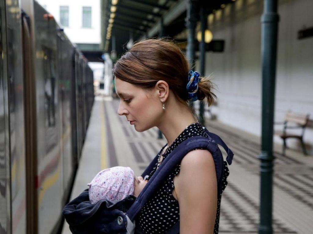 Cerita Wanita Menyusui Bayinya di Lantai Kereta karena Tak Diberi Kursi