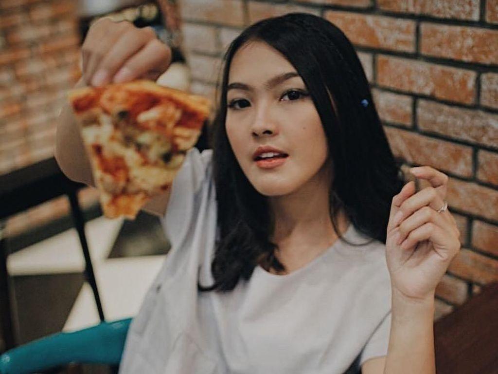 Pesona Cantik Ana Riana Saat Makan Pizza dan Es Krim