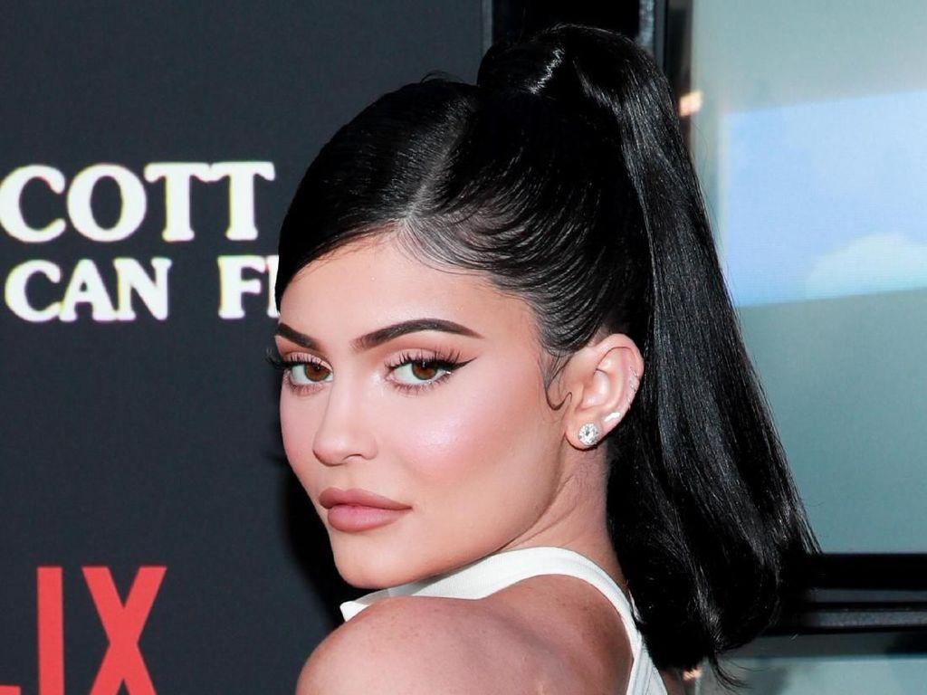 Pose di Playboy, Kylie Jenner Pakai Aksesori Karya Desainer Indonesia