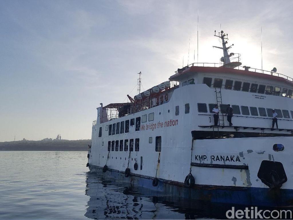 Foto: Bukan Akuarium, Ini Pelabuhan Berair Jernih di Kupang