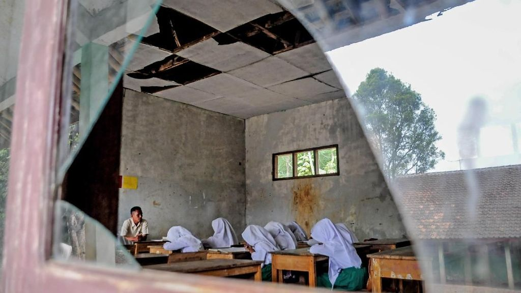 Miris! Sekolah di Lebak Banten Ini Atapnya Bocor dan Kaca Pecah