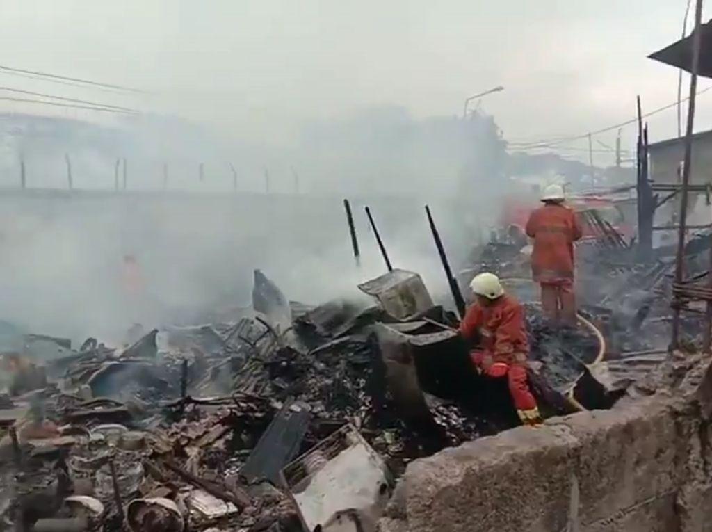 Kebakaran di Dekat Stasiun Rawa Buaya Padam, KRL Normal Lagi