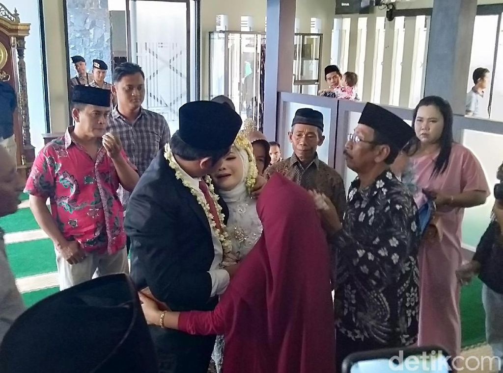 Mempelai Pria Jadi Tahanan, Pasangan Ini Menikah di Mapolres Demak