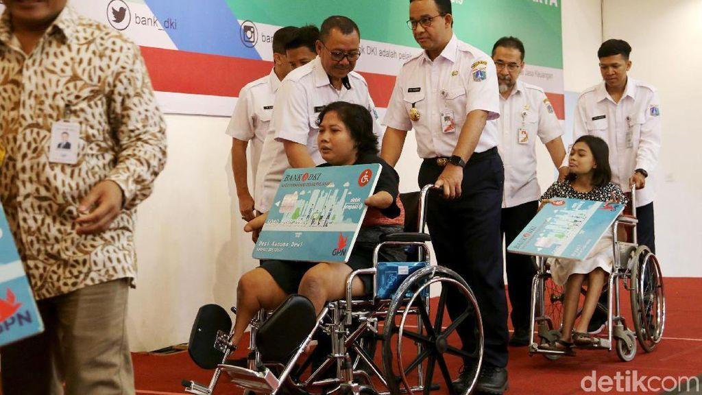 Anies Bagikan Kartu Penyandang Disabilitas Jakarta