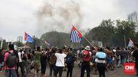 Massa juga membakar ban hingga kepulan asapnya membumbung di depan Istana Negara, Jakarta