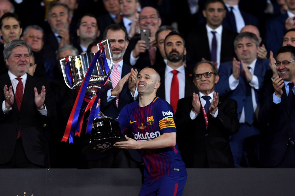 MADRID, SPAIN - APRIL 21: Andres Iniesta of Barcelona lifts the trophy in his last final for the club after his teams win during the Spanish Copa del Rey match between Barcelona and Sevilla at Wanda Metropolitano on April 21, 2018 in Barcelona, . (Photo by David Ramos/Getty Images)