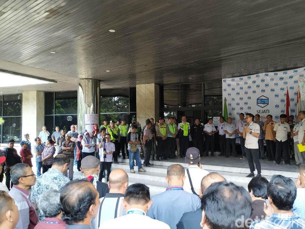 2 Bulan Tak Digaji, Pegawai BUMN PT INTI Demo Depan Kantor