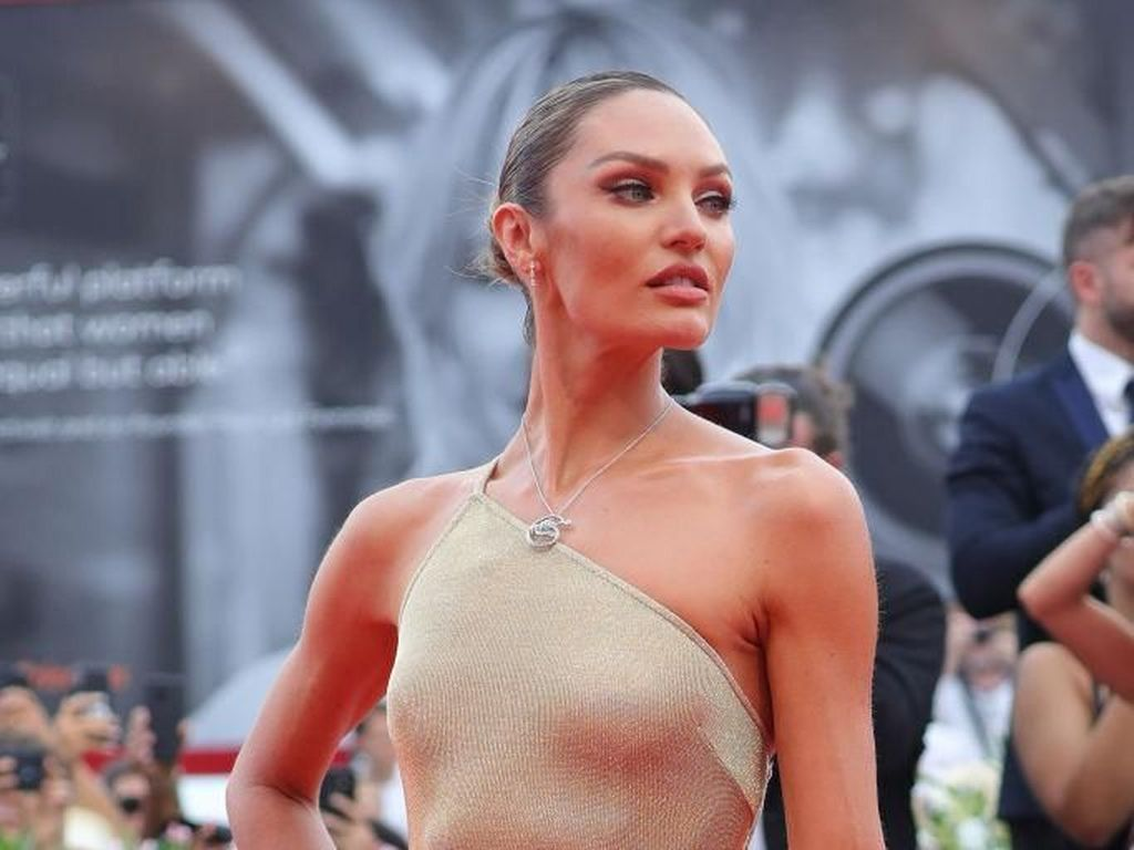Foto: Adu Gaya Seksi Model Victorias Secret di Venice Film Festival