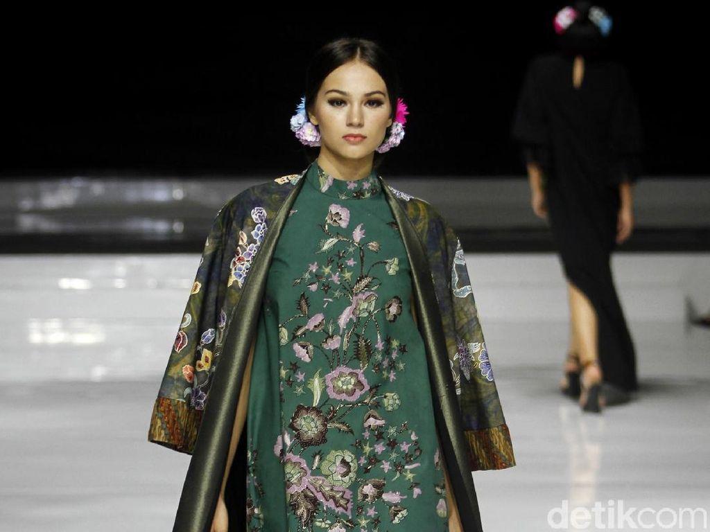 Foto: Keindahan Batik Cirebon Karya Yongki Budisutisna di JFFF 2019