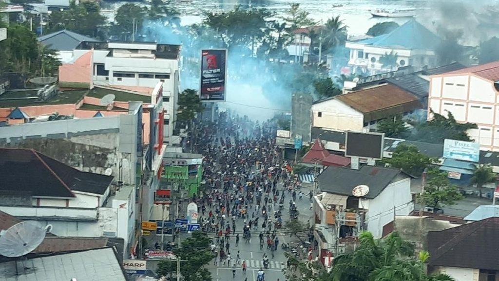 Asap Membubung Usai Demo Berujung Rusuh di Jayapura