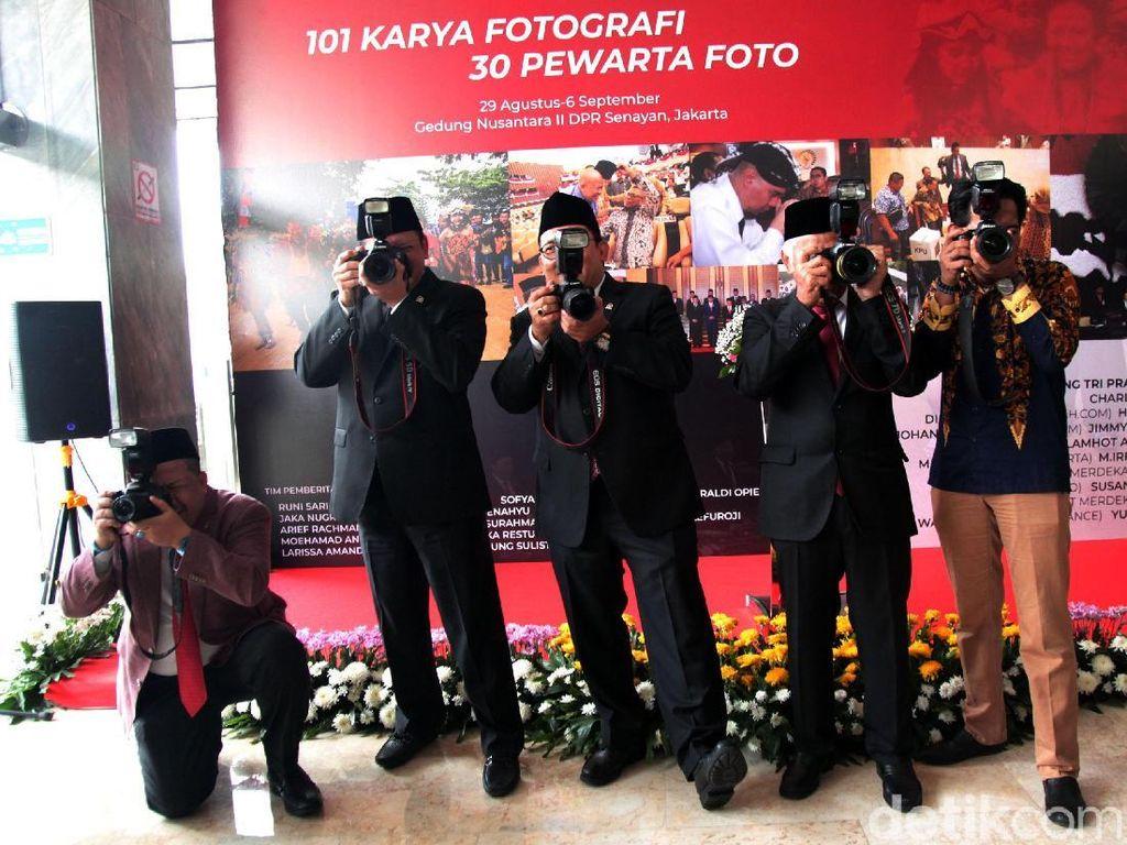 Ketika Pimpinan DPR Bergaya Bak Fotografer