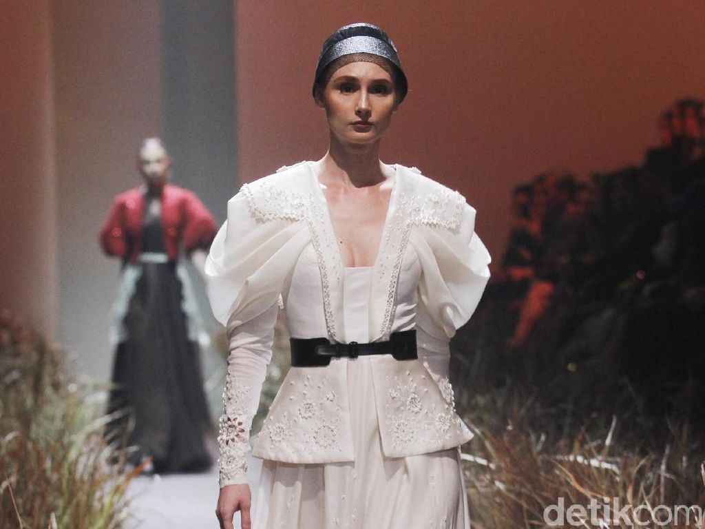 Foto: 20 Koleksi Gaun Couture Hian Tjen Rayakan 10 Tahun Berkarya