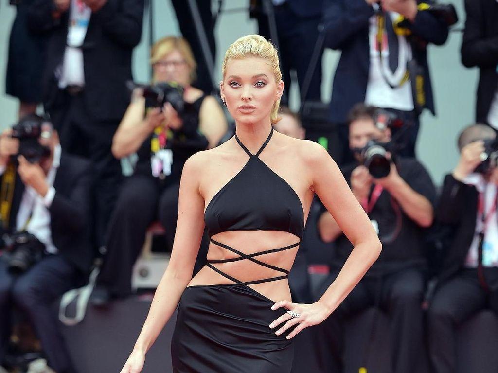 Model Victorias Secret Pose untuk Koleksi Natal, Difoto Saat Buka Baju