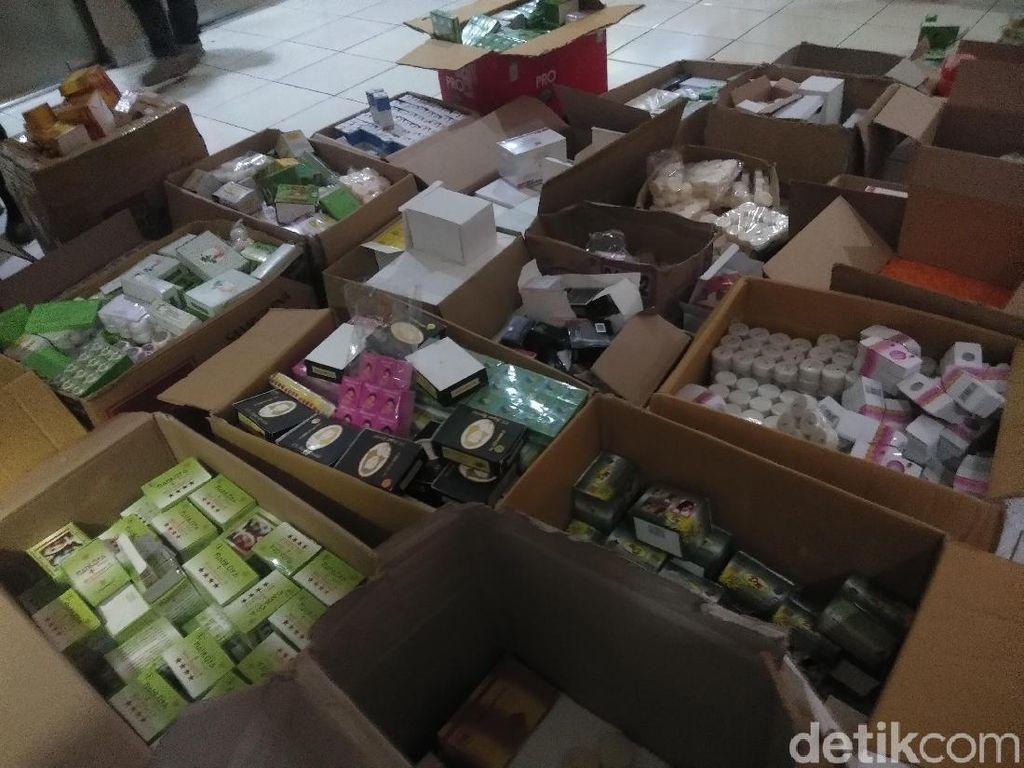 Gerebek Pasar Terong Makassar, Polisi Sita Puluhan Dus Bahan Kosmetik Ilegal