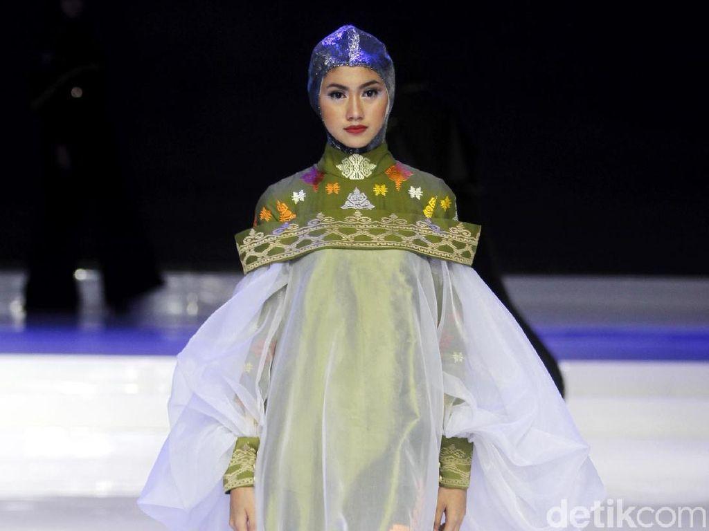 Foto: Koleksi Busana Muslim Norma Hauri yang Mengangkat Tenun Bali