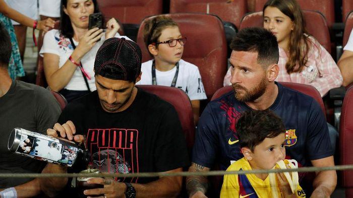 Lionel Messi bersama putranya (Foto: Albert Gea/REUTERS)