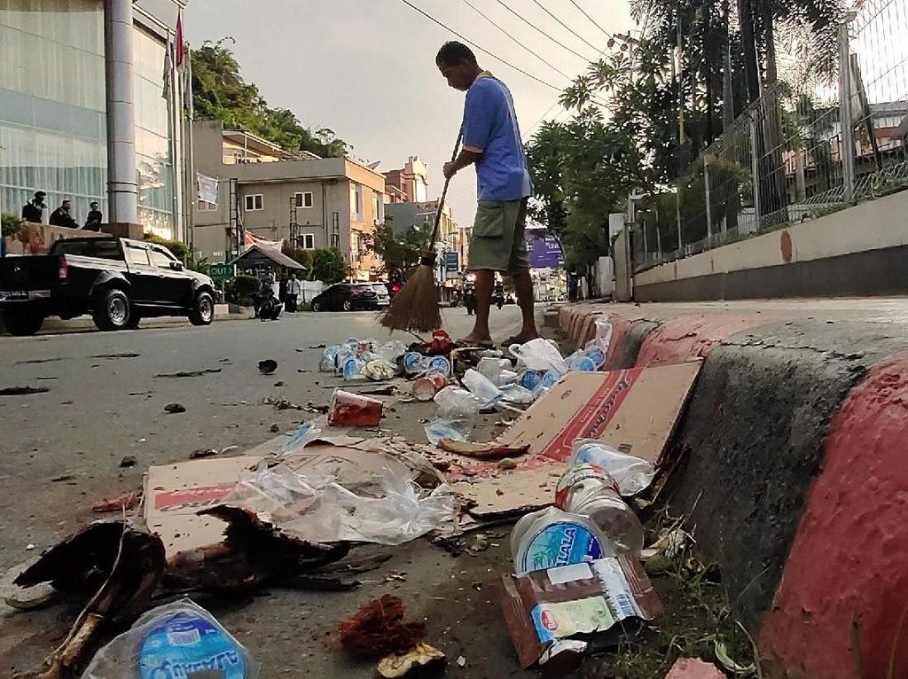 Jayapura Kondusif, Puing Sisa Kerusuhan Dibersihkan-Pertokoan Mulai Buka