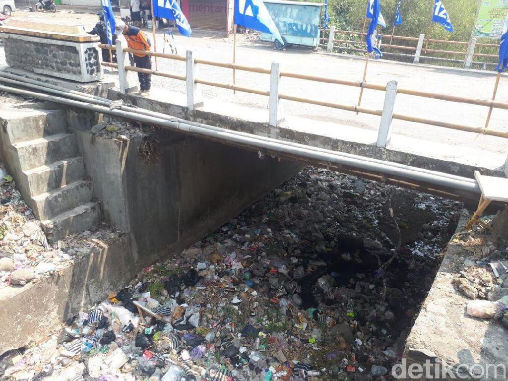 Jorok Sekali, Sungai Kalong Brebes Penuh Sampah dan Bau