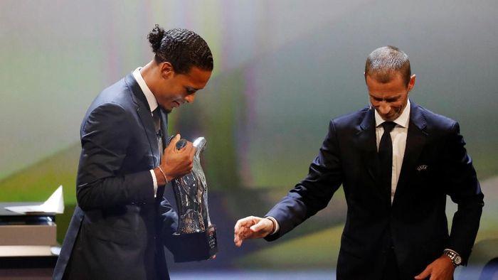 Virgil van Dijk meraih gelar Pemain Terbaik UEFA 2018/2019 (REUTERS/Eric Gaillard)