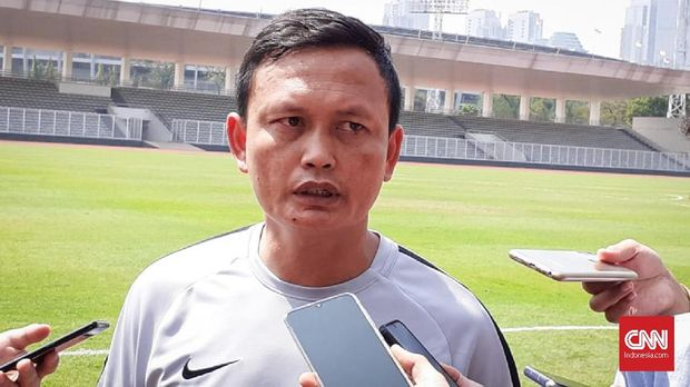 Asisten Pelatih Timnas Indonesia, Yeyen Tumena menggantikan peran Simon McMenemy yang absen untuk mengurus urusan administrasinya saat latihan di Stadion Madya, Senayan, Jumat (30/8).