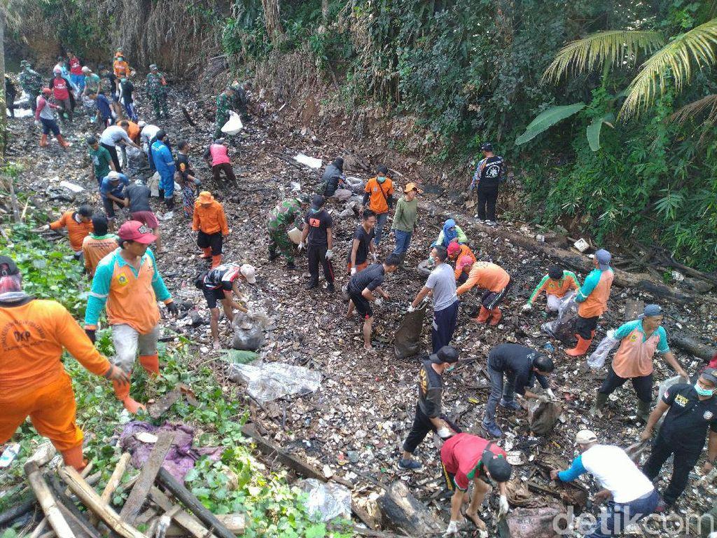 Potret Pulau Sampah di Kalibaru Dibersihkan