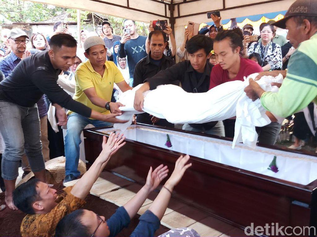 Tangis Iringi Pemakaman Jenazah Pupung dan Dana Korban Aulia Kesuma
