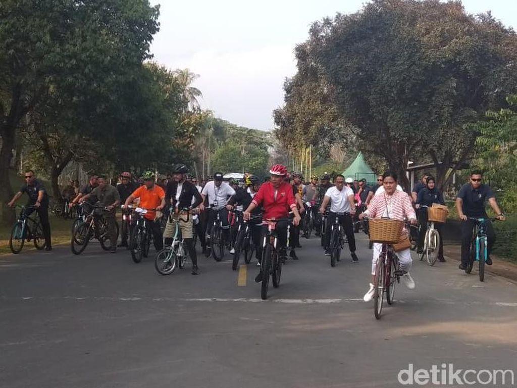 Video Jokowi Sepedaan di Kawasan Candi Borobudur