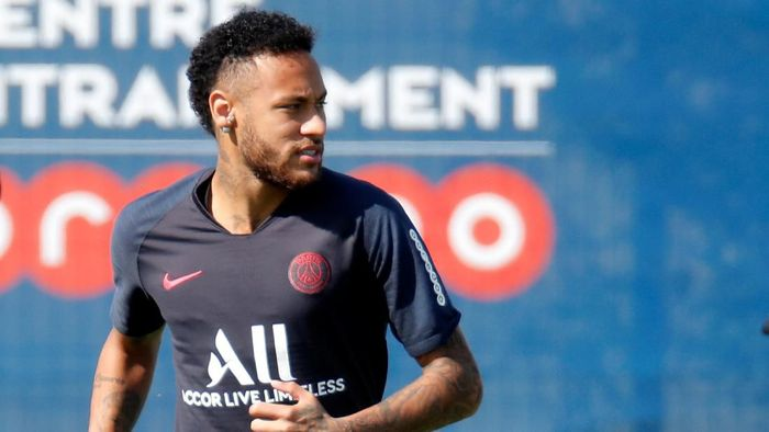Neymar gagal pulang ke Barcelona. (Foto: Charles Platiau/Reuters)