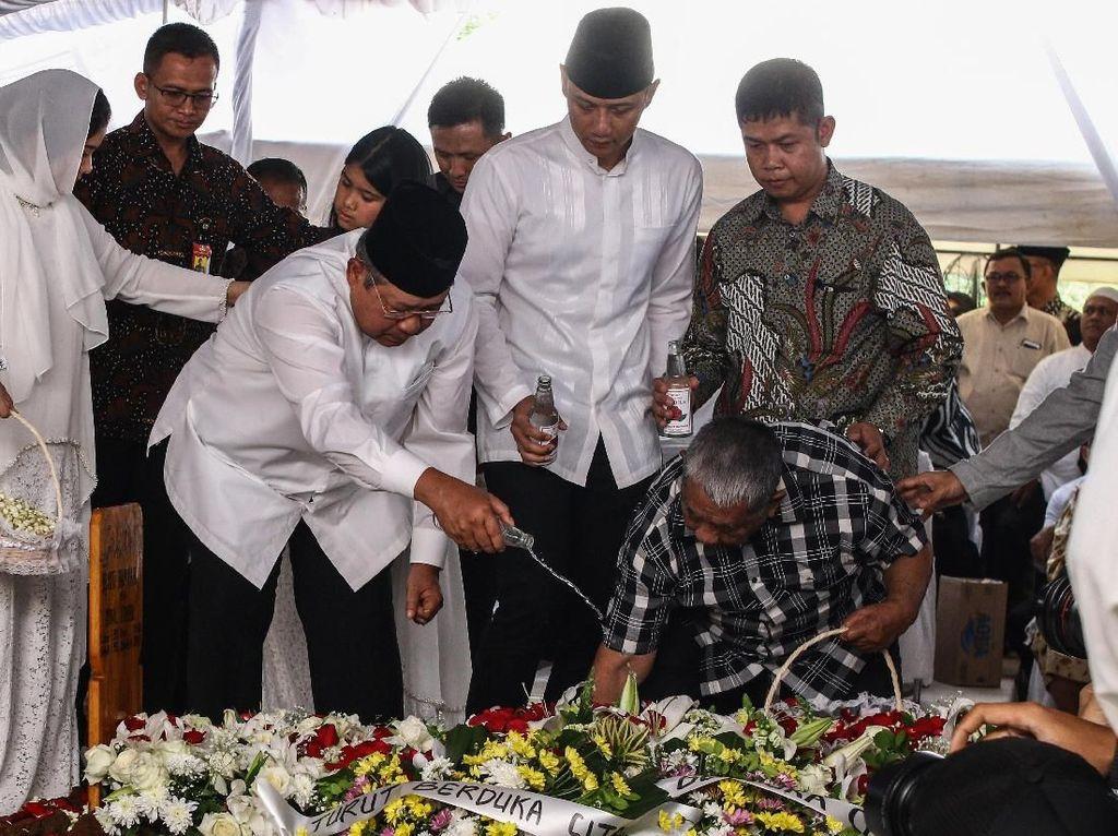 Jenazah Ibunda SBY Dimakamkan di TPU Tanah Kusir