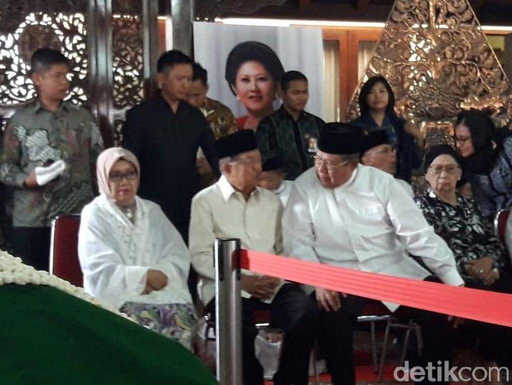 Melayat Ibunda SBY, JK Datang ke Puri Cikeas