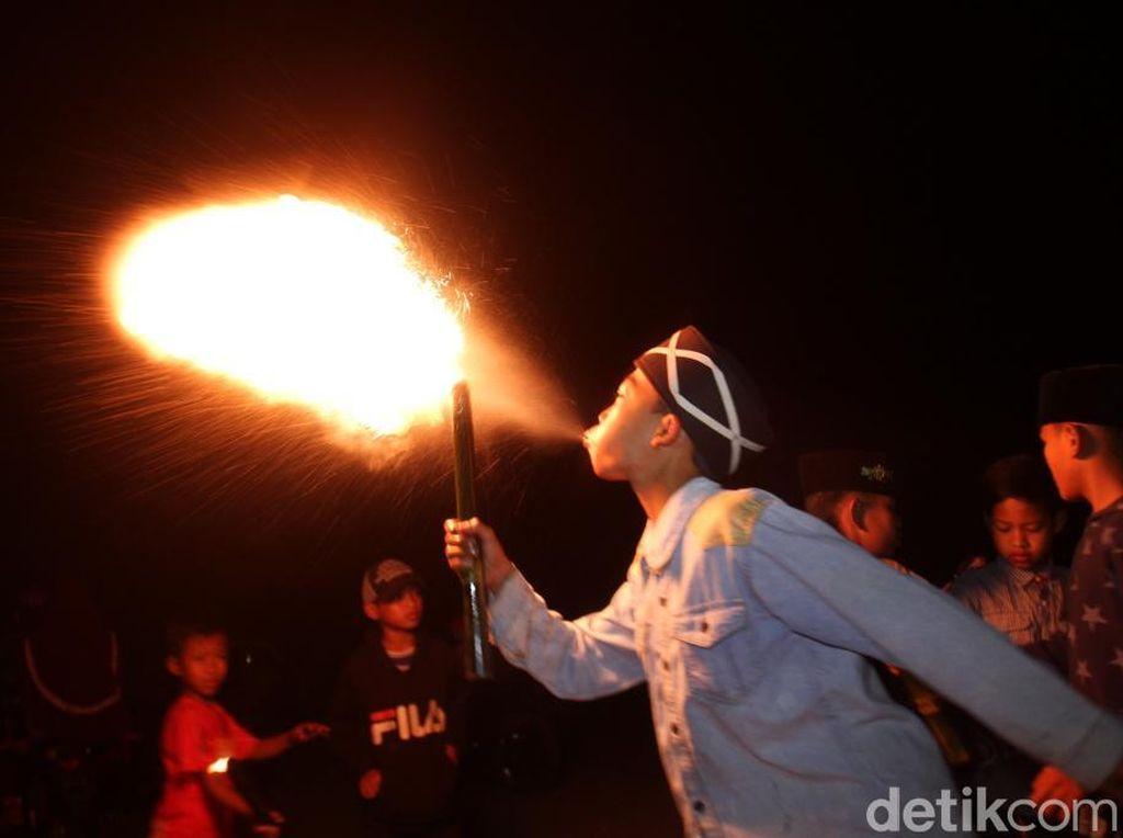 Tradisi 1 Muharam di Bandung: Aksi Semburkan Api dan Bagikan Kafan