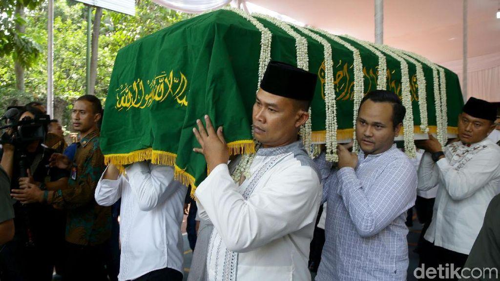 Usai Disalatkan, Jenazah Ibunda SBY Dibawa ke TPU Tanah Kusir